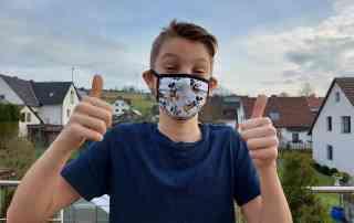 Junge mit Maske
