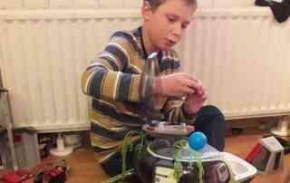 Kind spielt mit Playmobil