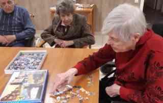 SeniorInnen beim Puzzeln