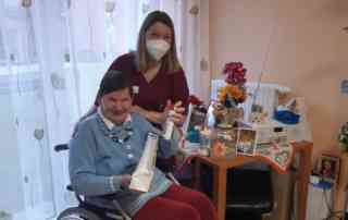 Pflegerin kümmert sich um Bewohnerin
